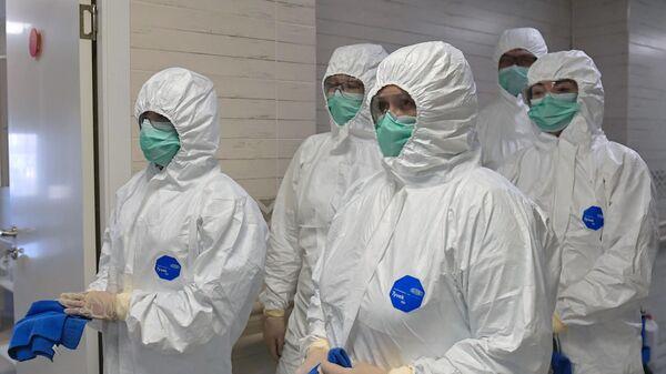 Медицинские работники во время дезинфекции родильного отделения в Санкт-Петербурге
