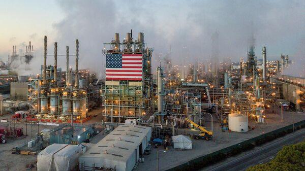 Нефтеперерабатывающий завод Marathon Petroleum Corp в Карсоне, Калифорния