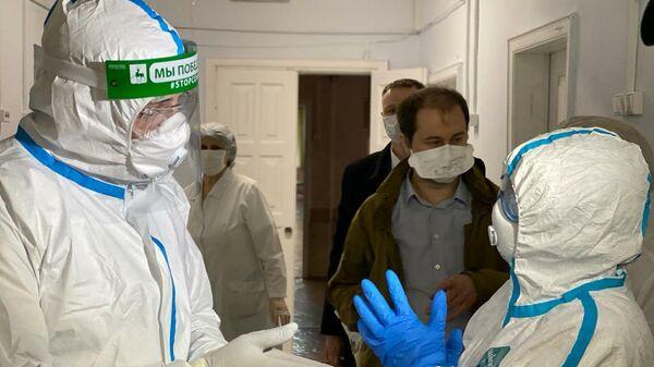 Губернатор Нижегородской области Глеб Никитин в защитном костюме во время визита в больницу