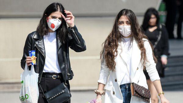 Прохожие в медицинских масках
