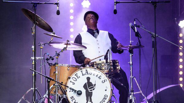 Музыкант Джозеф Ласти во время выступления коллектива Joe Lastie's New Orleans Sound на фестивале Koktebel Jazz Party 2017