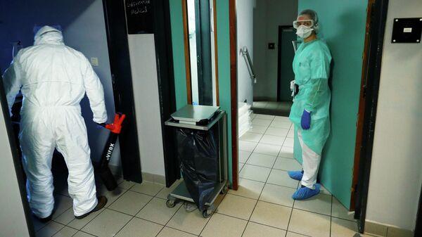 Врачи в отделение для пациентов, страдающих симптомами коронавирусной инфекции в Брюсселе