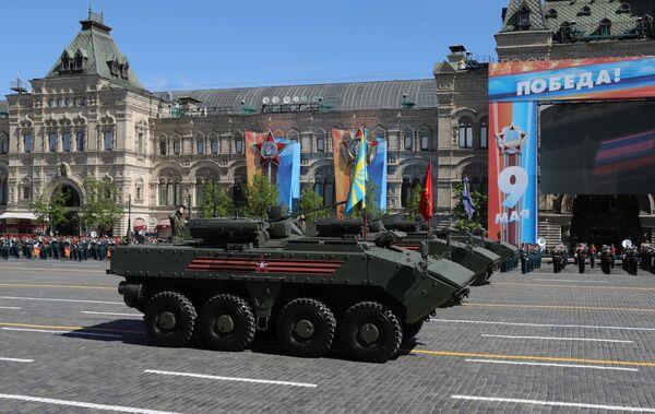 Бронетранспортер (БТР) на колесной платформе Бумеранг на военном параде, посвященном 73-й годовщине Победы в Великой Отечественной войне 1941-1945 годов