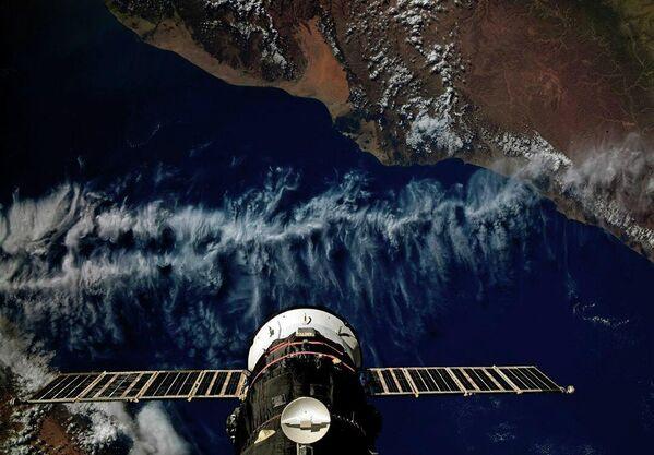Грузовой корабль Прогресс МС-13 пристыкованный к Международной космической станции пролетает над Йеменом