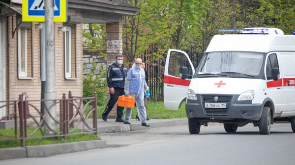 Врачи заходят в автомобиль скорой помощи во Владикавказе
