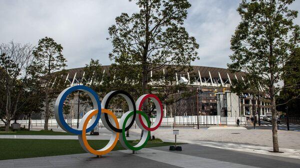 Олимпийские кольца у арены в Токио