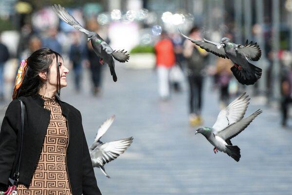 Девушка на одной из улиц Баку