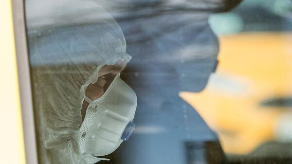 Водитель и врач в автомобиле скорой помощи на территории ФГБУ Федеральный клинический центр высоких медицинских технологий ФМБА в Химках
