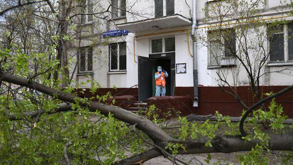 Дезинфекция одного из подъездов жилого дома в Москве