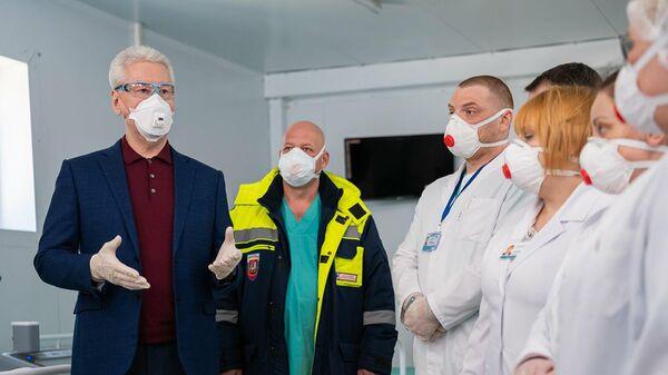 Мэр Москвы Сергей Собянин во временном медицинском корпусе для долечивания пациентов с коронавирусной инфекцией на базе НИИ Склифосовского