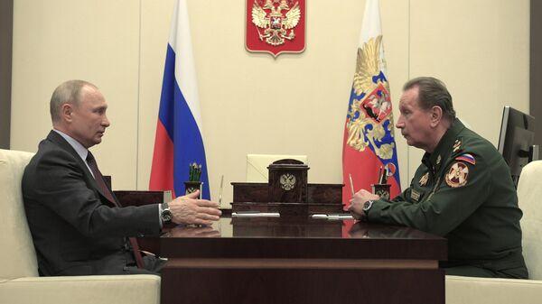 Владимир Путин и директор Федеральной службы войск национальной гвардии - главнокомандующий войсками национальной гвардии РФ Виктор Золотов во время встречи