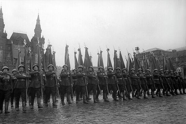 Торжественный марш сводного полка одного из фронтов на Параде Победы на Красной площади 24 июня 1945 года
