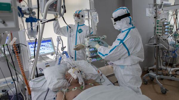 Врачи в отделении реанимации и интенсивной терапии госпиталя для зараженных коронавирусной инфекцией центра МГУ имени М. В. Ломоносова