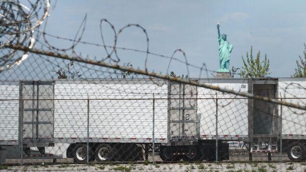 Мобильные морги-рефрижераторы в нью-йоркском районе Бруклине во время пандемии коронавируса