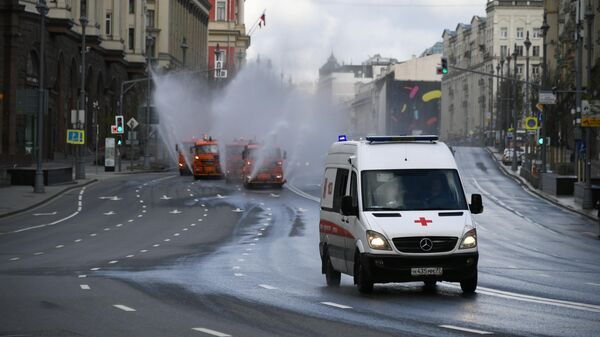 Автомобиль скорой помощи в центре Москвы.