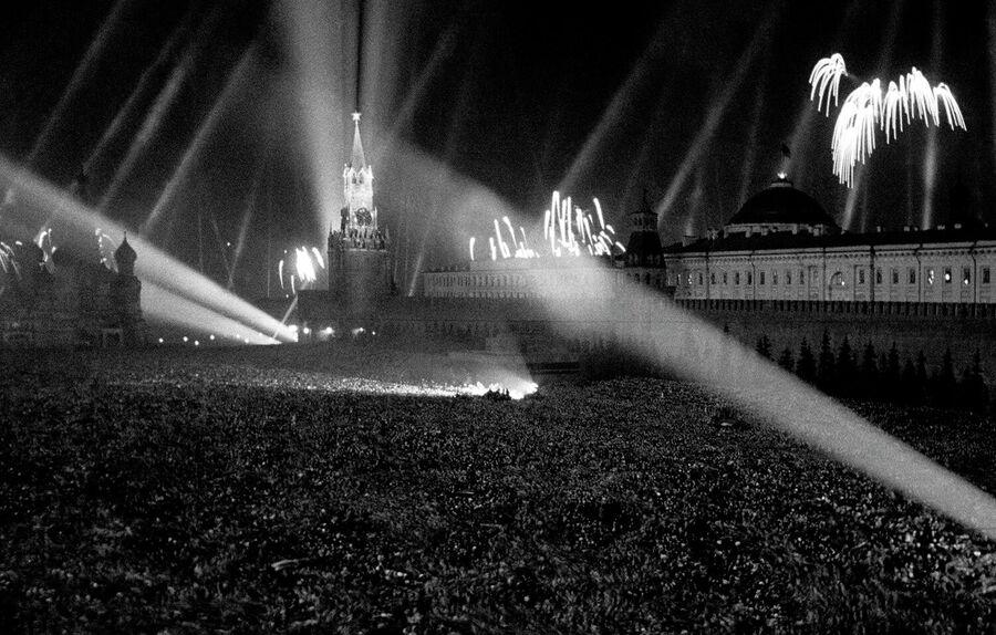 9 мая 1945 года. Салют Победы на Красной площади