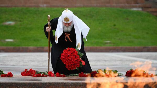 Патриарх Московский и всея Руси Кирилл во время возложения цветов к монументу Победы на Поклонной горе