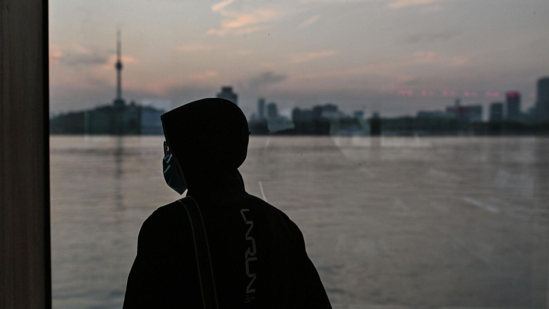 Человек в маске едет на пароме через реку Янцзы в Ухане, Китай - РИА Новости, 1920, 28.09.2020