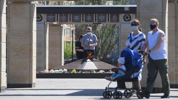 Горожане у Вечного огня в Парке Победы в Казани