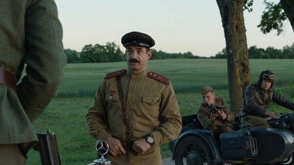Кадр из фильма На Париж