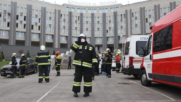Сотрудники МЧС у больницы Святого Георгия в Санкт-Петербурге, где произошел пожар