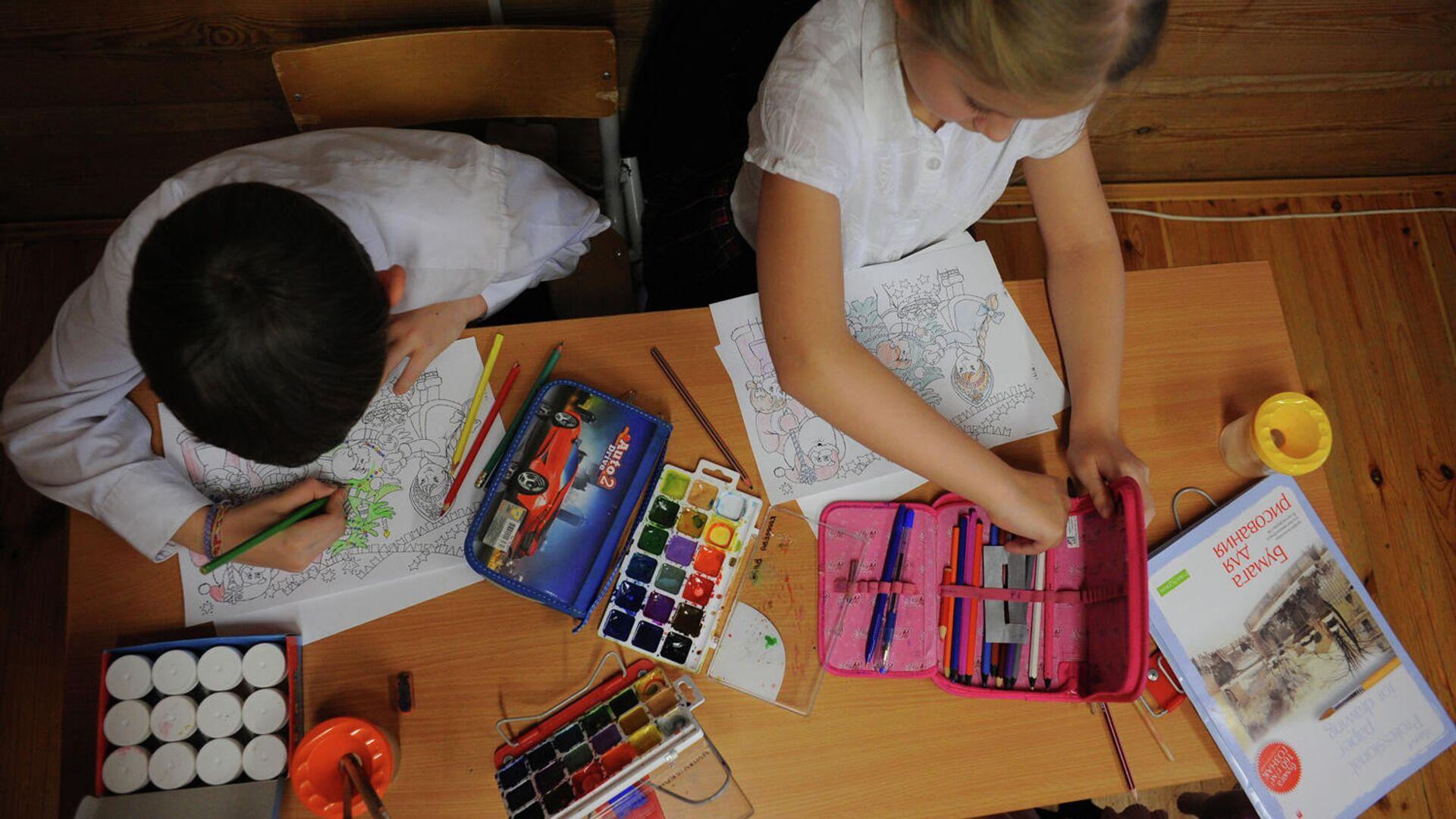 Дети занимаются рисованием - РИА Новости, 1920, 28.08.2021