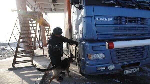Почти 300 большегрузов скопилось на границе с КНР в Забайкалье