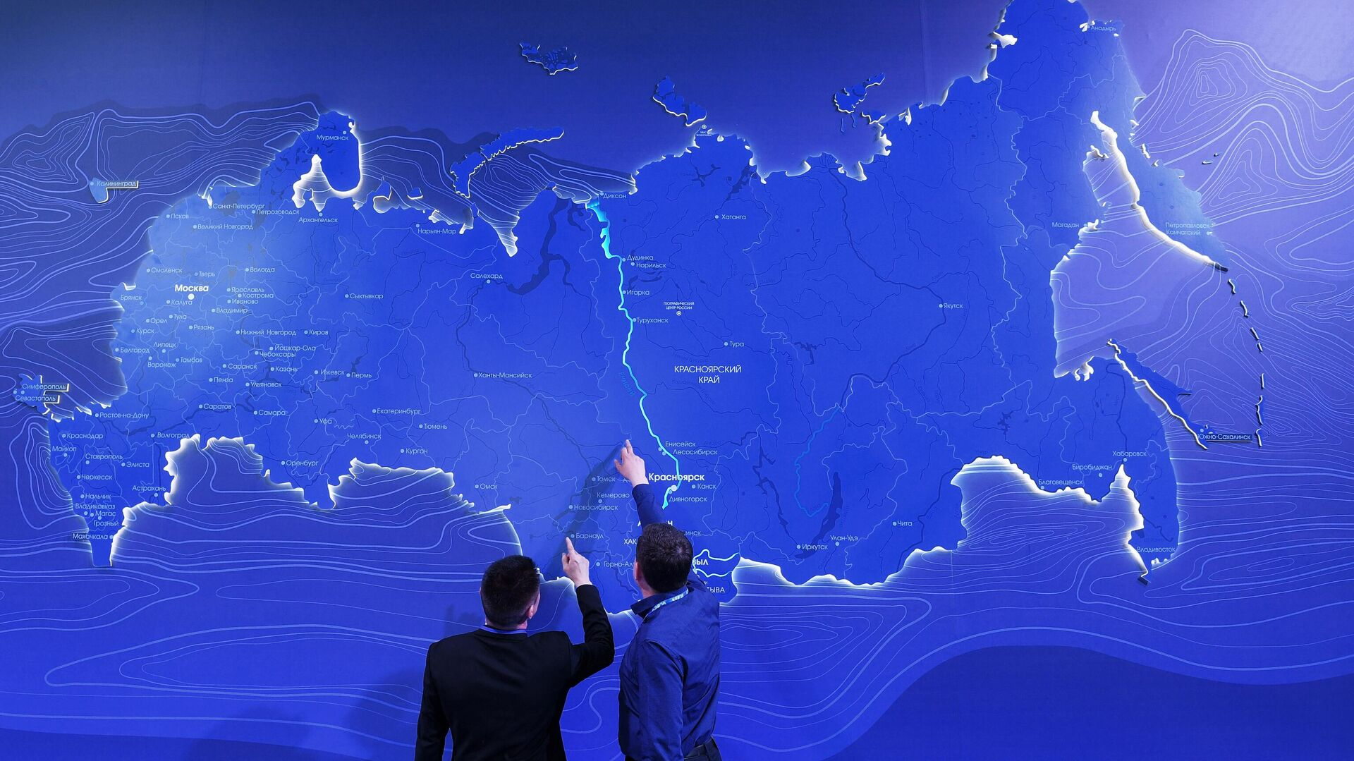 Мужчины у виртуальной карты Российской Федерации - РИА Новости, 1920, 27.02.2021
