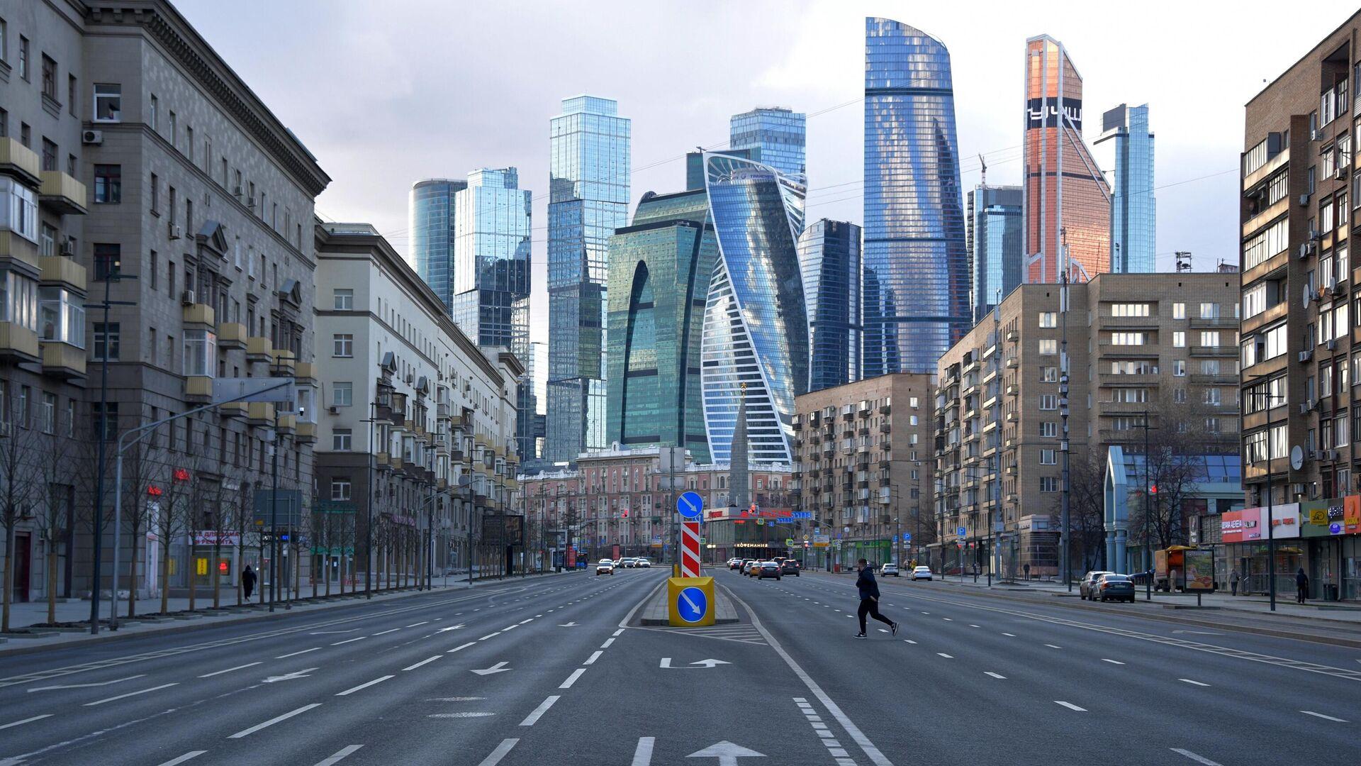 Мужчина на Большой Дорогомиловской улице в Москве - РИА Новости, 1920, 20.10.2020