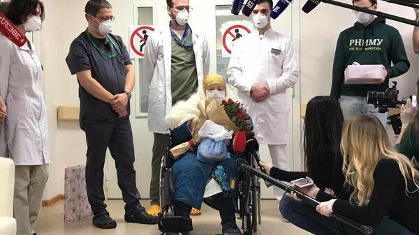 Пелагея Михайловна Пояркова во время выписки из Центра мозга и нейротехнологий ФМБА России, перепрофилированного под прием больных новой коронавирусной инфекцией