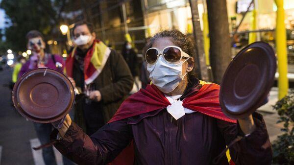 Участники акции против карантинных мер на одной из улиц Мадрида