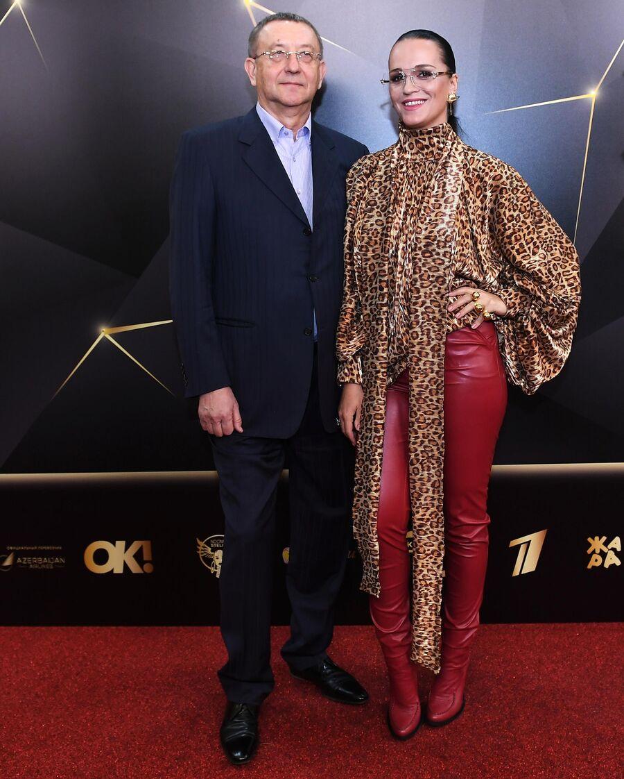Певица Анастасия Сланевская с супругом бизнесменом Анатолием Данилицким перед вручением музыкальной премии Жара Music Awards в Москве