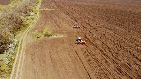 Культиваторы вспахивают поле для посадки подсолнечника