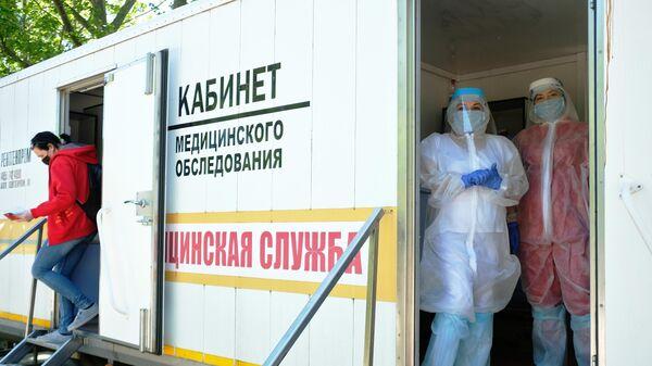 Медицинские работники мобильного пункта сдачи анализа на коронавирус