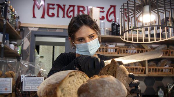 Продавец в магазине в городе Турине