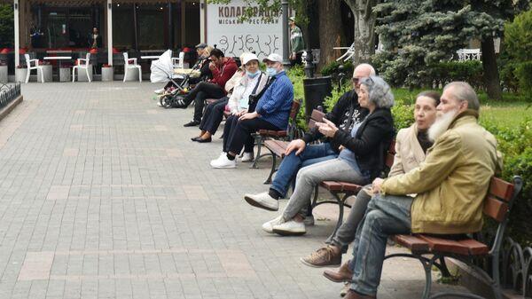 Горожане отдыхают на улице в Одессе