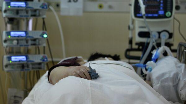 Пациент с COVID-19 в палате центральной клинической больницы РЖД-Медицина в Москве