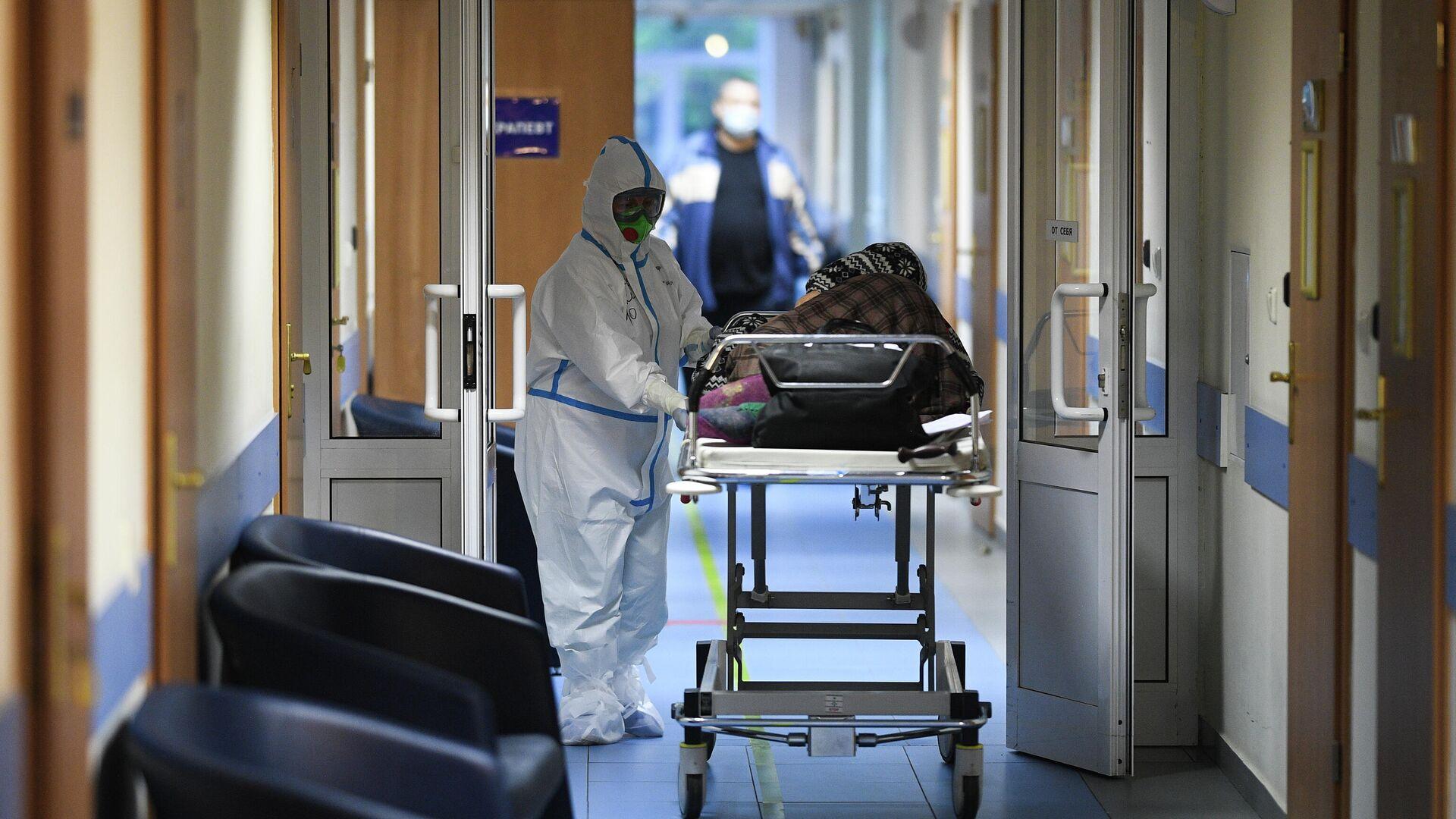 Врач и пациент в центральной клинической больнице РЖД-Медицина в Москве, где проходят лечение больные с COVID-19 - РИА Новости, 1920, 24.04.2021
