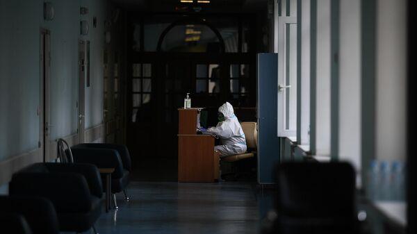 Врач в больнице, где проходят лечение больные с COVID-19