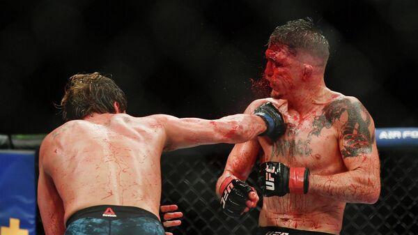 Бойцы MMA Даррен Элкинс (справа) и Нейт Ландвер