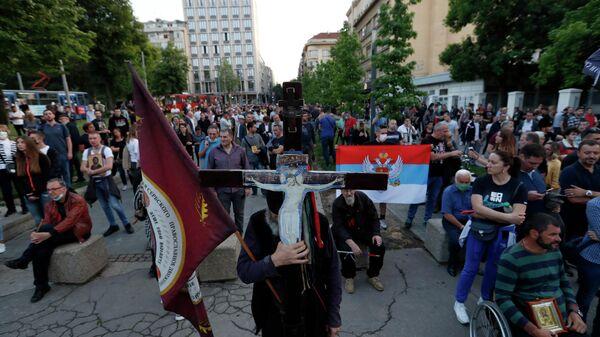 Участники акции протеста после ареста священников Сербской православной церкви в Черногории
