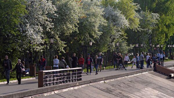 Люди гуляют по набережной Енисея в Дивногорске Красноярского края