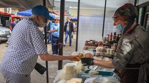 Продажа сыра на ярмарке выходного дня Покупай ставропольское в Кисловодске