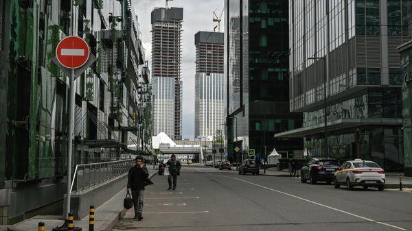 Прохожие на территории международного делового центра Москва-Сити
