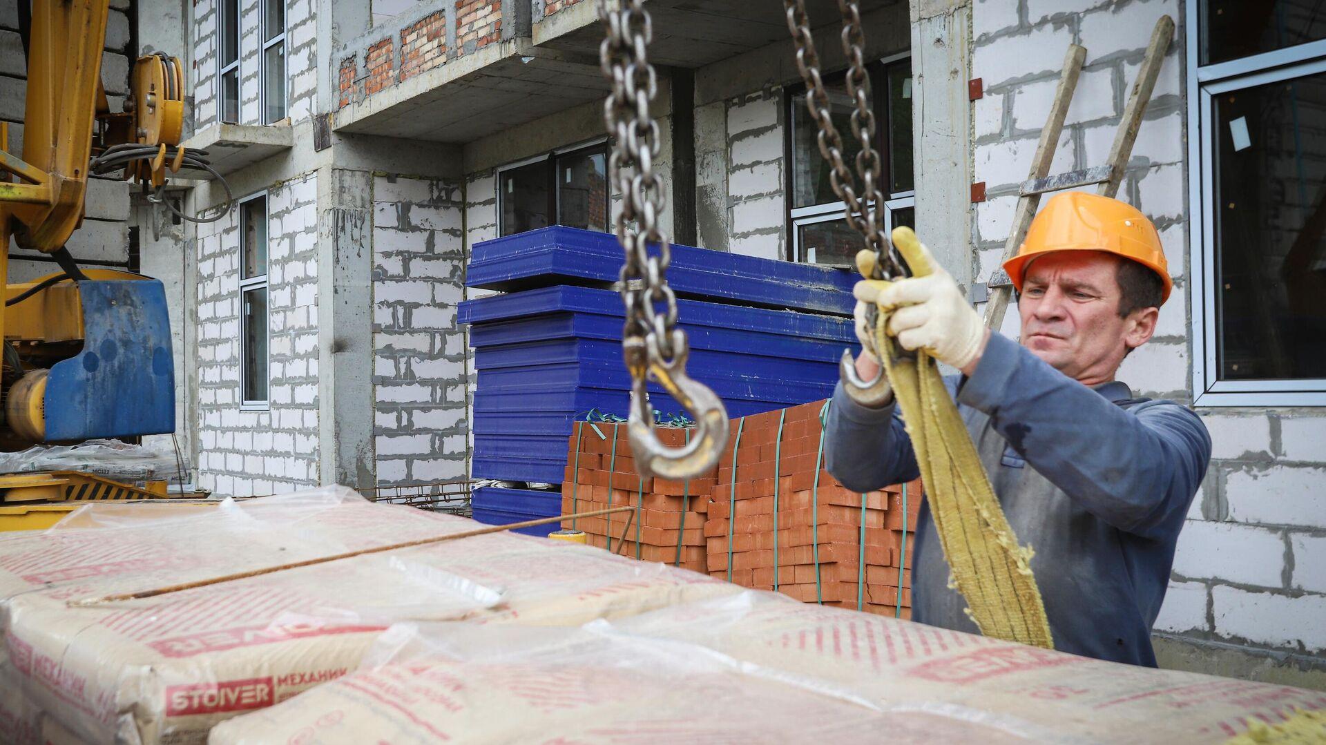 Рабочий во время строительства многоквартирного жилого дома - РИА Новости, 1920, 02.02.2021