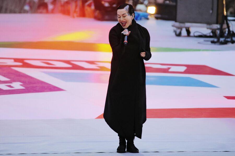 Певица Наргиз Закирова выступает на митинге-концерте Россия объединяет!