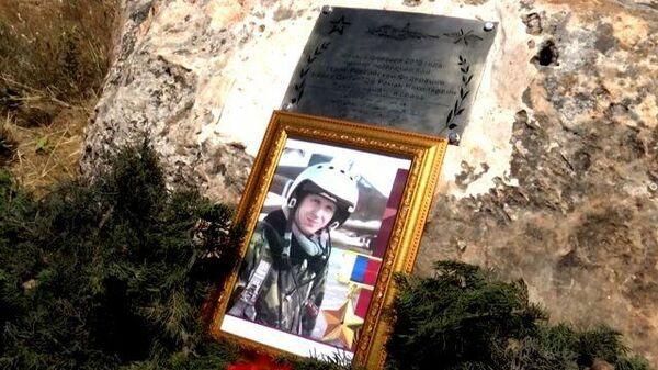 Табличка на камне: в Сирии почтили память Героя России Романа Филипова