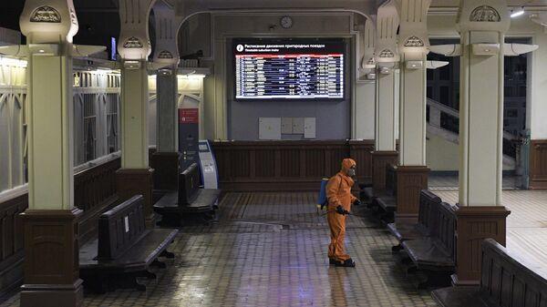 Сотрудник МЧС РФ проводит дезинфекцию помещений Витебского вокзала в Санкт-Петербурге