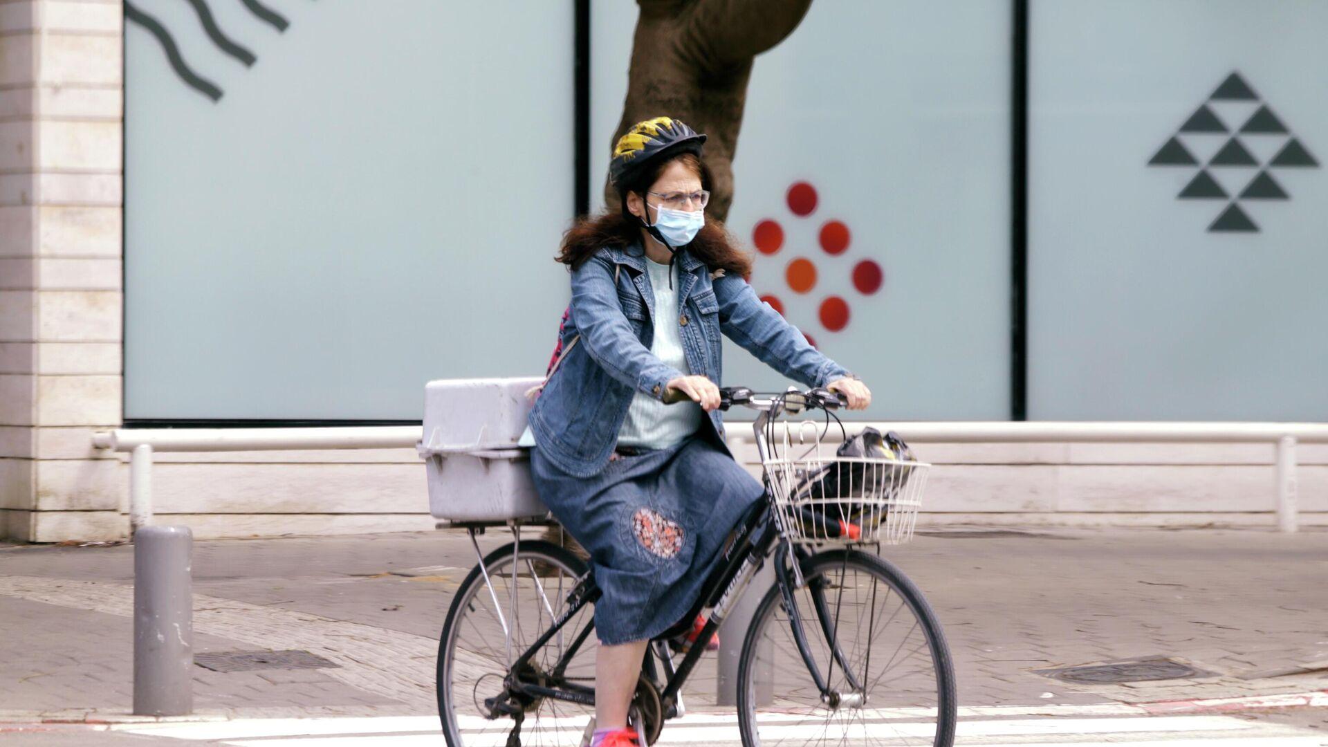 Женщина на велосипеде на одной из улиц Тель-Авива - РИА Новости, 1920, 19.07.2021