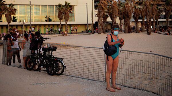 Женщина на пляже в Тель-Авиве